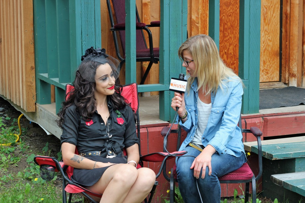 Shelby Lechman interviewing Lindi Ortega (Photo by Daryl Uhrin)