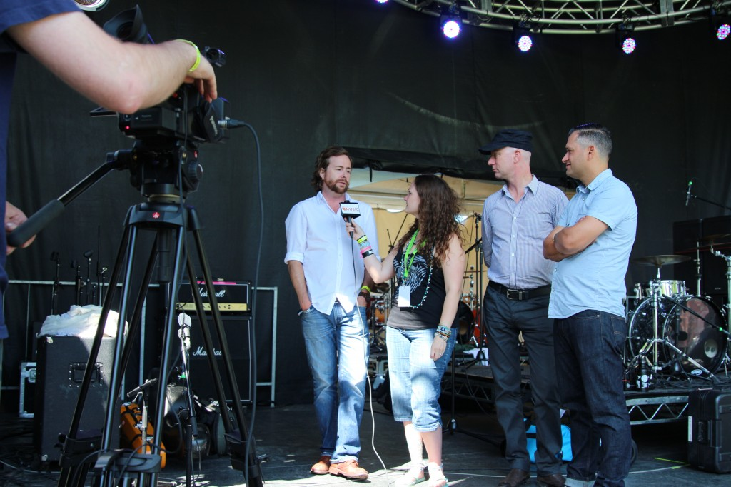Melissa Henderson interviewing Elliott BROOD (Photo by Kato Ferrer)