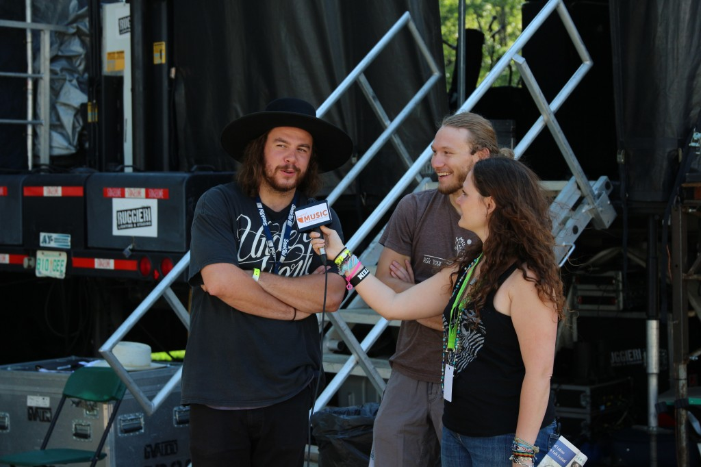Melissa Henderson interviewing The Dead South (Photo by Kato Ferrer)